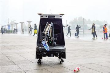 全国首例郑州造环卫机器人上岗 能识别并捡拾垃圾
